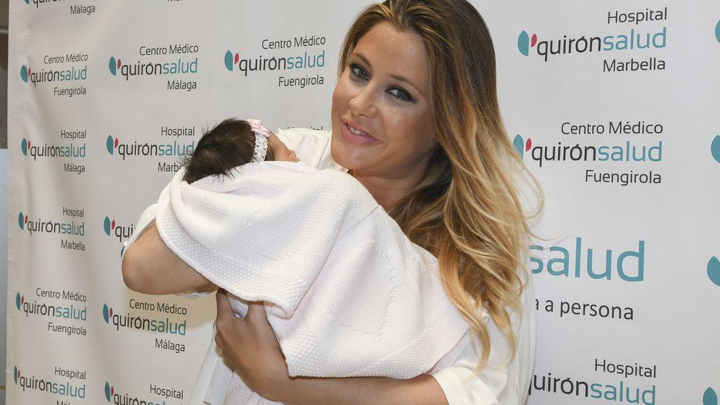 Elisabeth Reyes presenta a su hija a la salida del hospital