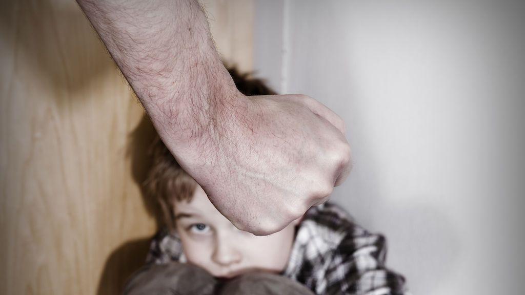 Condenada por insultar, agredir y quemar al hijo de seis años de su esposo