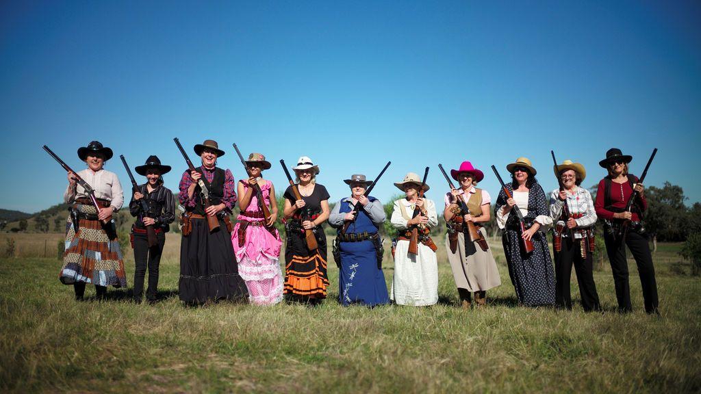 Mujeres posan con sus armas en concurso de tiro femenino del Oeste, en Australia