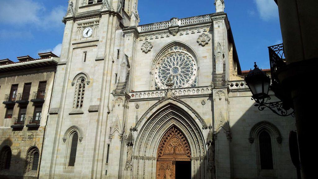 'Okupas' lanzan bengalas en la Catedral de Santiago en Bilbao y obligan su desalojo