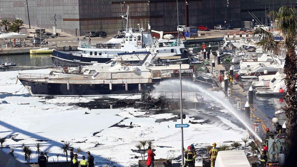 Un incendio calcina cinco embarcaciones en el Puerto de Sant Adrià del Besòs