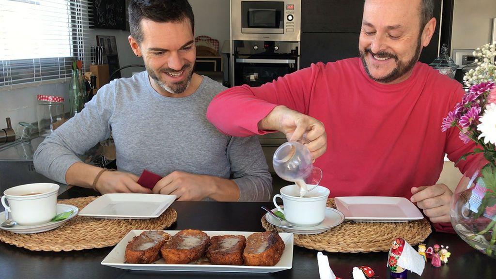 Ya es Semana Santa en 'Muchamiel': el tutorial de Nacho y Roger para hacer torrijas