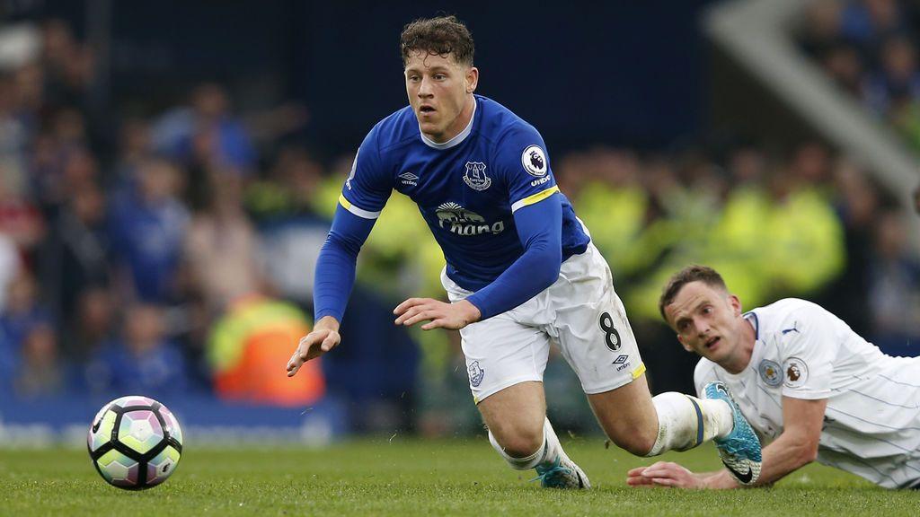 Una cámara de seguridad graba el brutal puñetazo a Barkley, del Everton, en un pub de Liverpool
