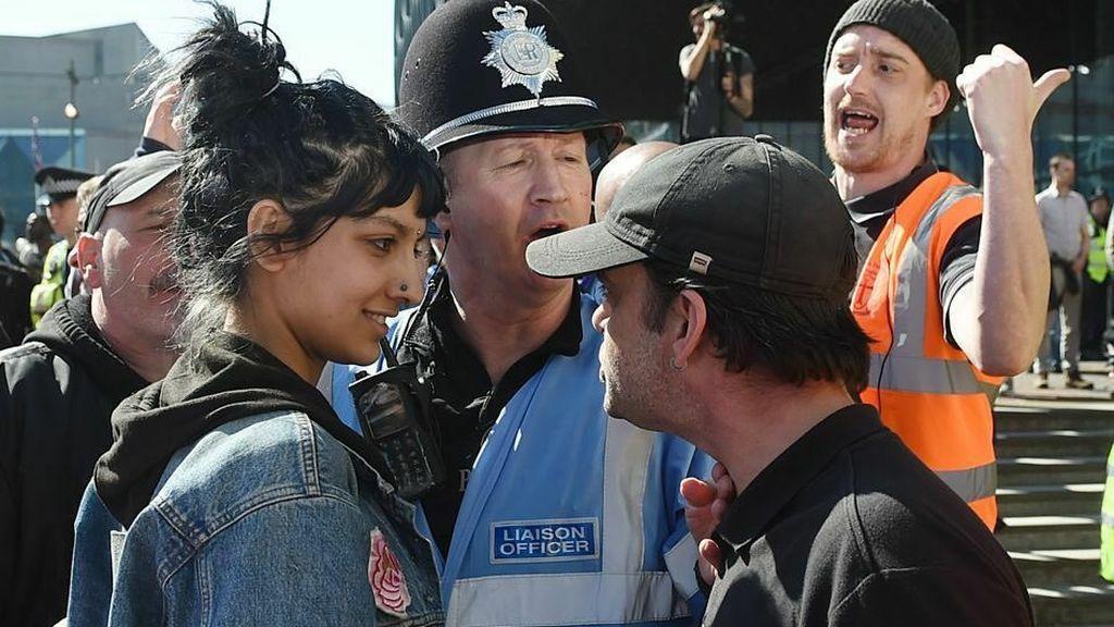 Esta joven británica se enfrenta a un líder de ultraderecha con una sonrisa desafiante