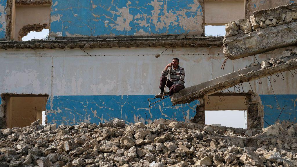 Un hombre iraquí, en unas ruinas al sur de Mosul