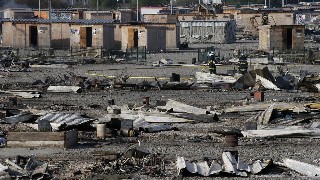 Francia no reubicará el campamento de refugiados calcinado por un incendio