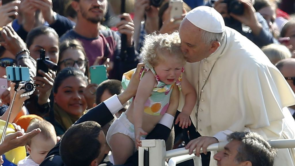 El beso más complicado del papa Francisco