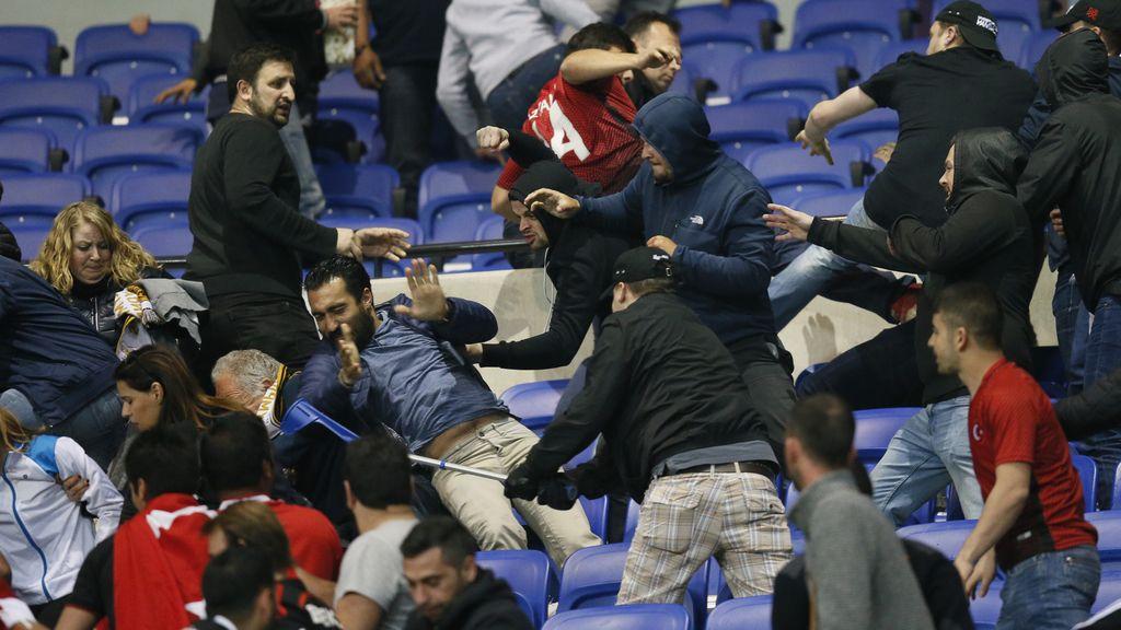 ¡Fuera del fútbol ya! La batalla campal entre ultras del Besiktas y el Lyón