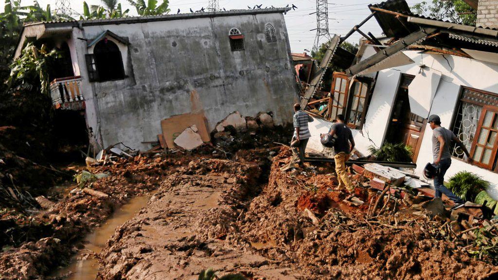 Diez muertos por el derrumbe de un vertedero en Sri Lanka