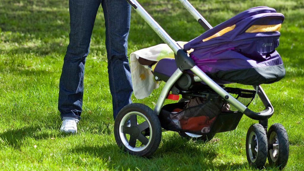 Descubre a su hija de ocho meses muerta tras llevarla a dar un paseo
