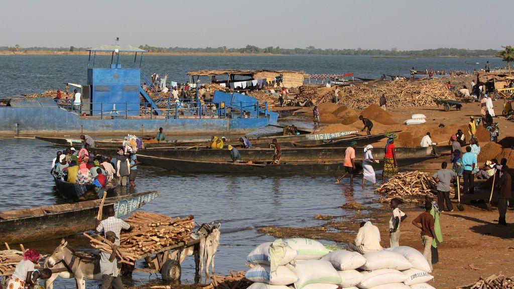 Ocho muertos y 136 desaparecidos tras volcar un barco en el río Niger