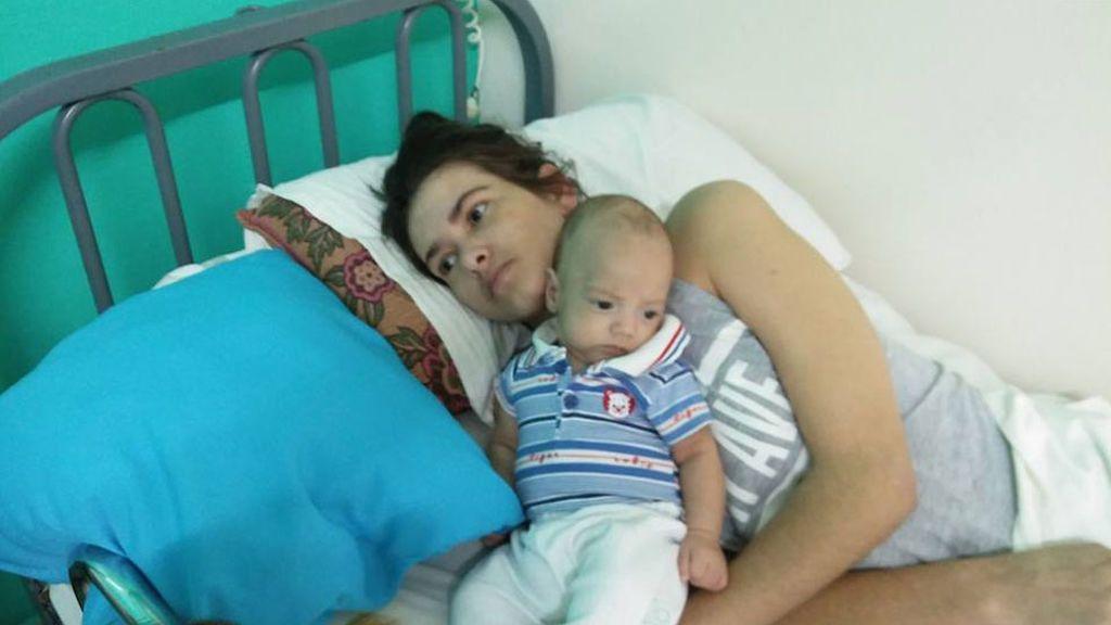 Da a luz en coma y despierta meses después