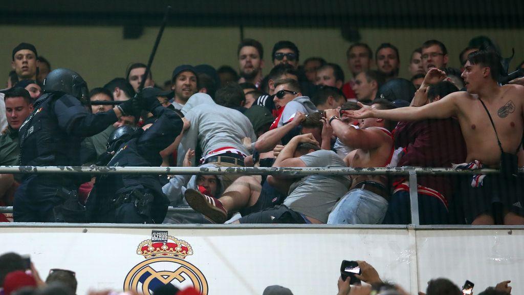¡La policía carga contra los aficionados del Bayern en la grada del Bernabéu!
