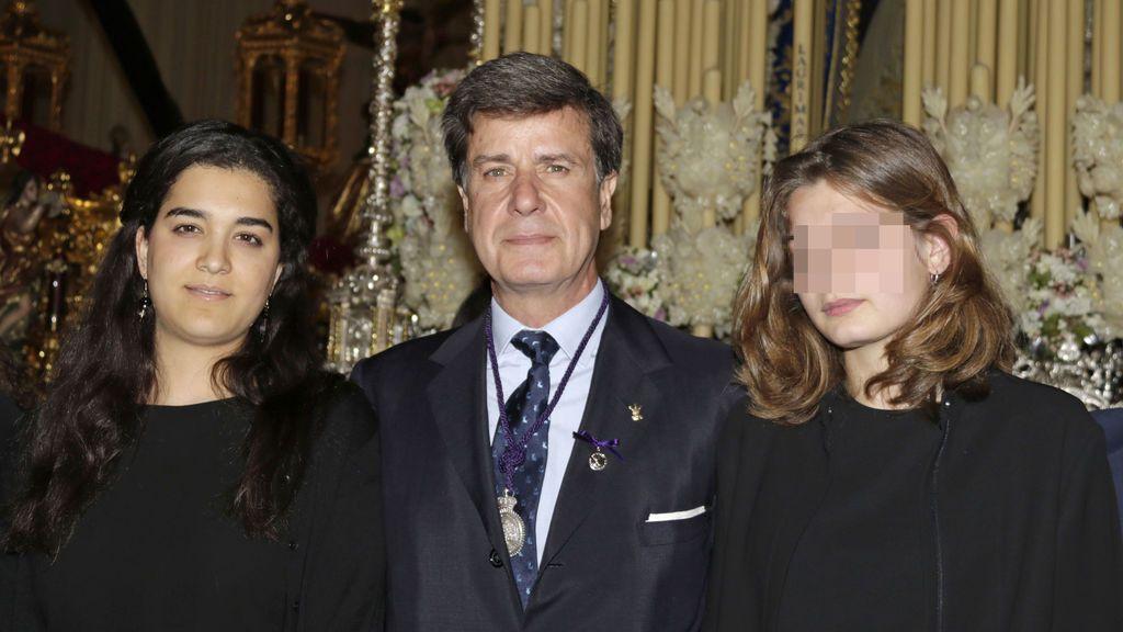 Cayetano Martínez de Irujo posa junto a su novia y su hija Amina