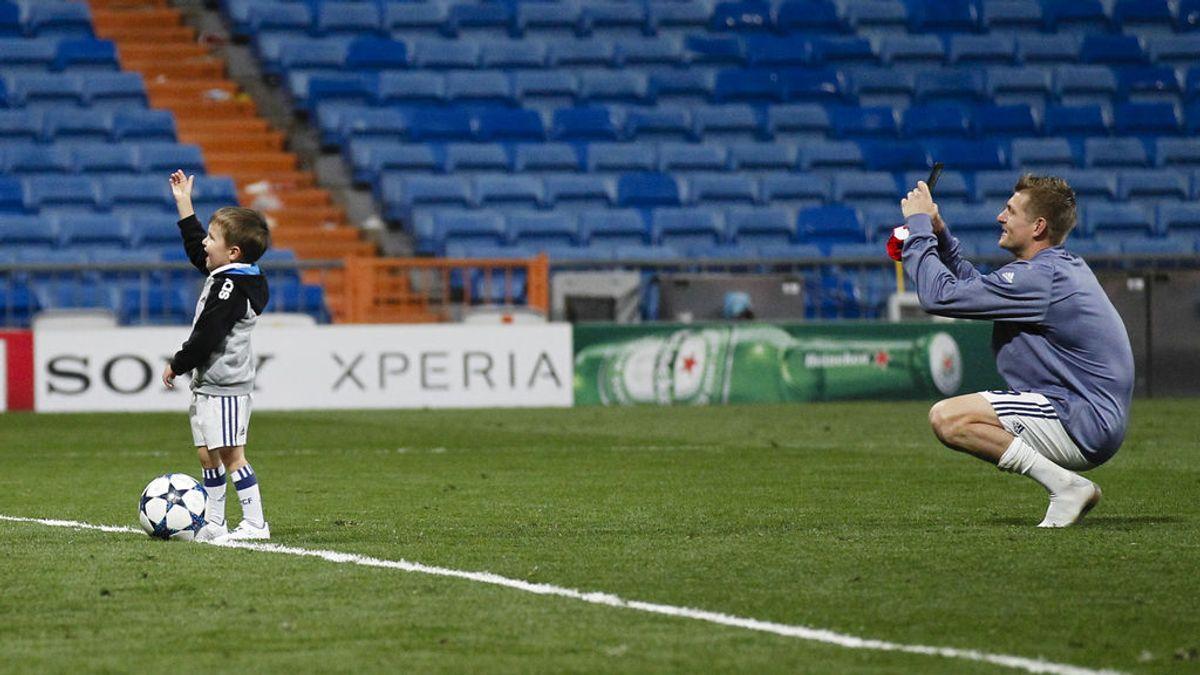 ¡Momentazo! La afición del Bayern homenajeó al hijo de Kroos tras finalizar el partido