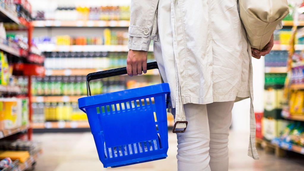 Una joven con ceguera pide etiquetar en braille todos los productos de supermercados