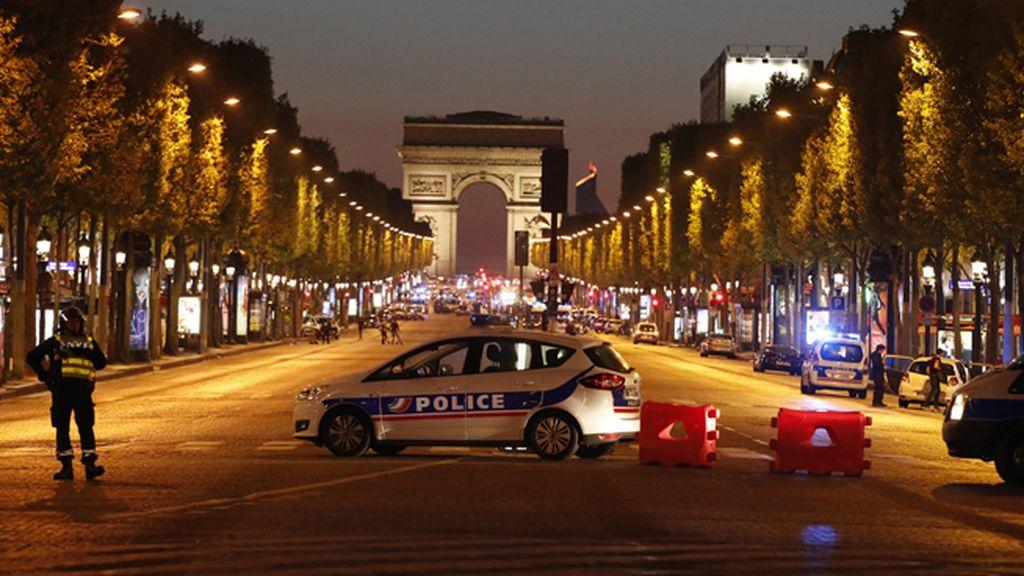 Las imágenes de los Campos Elíseos de París tras el tiroteo