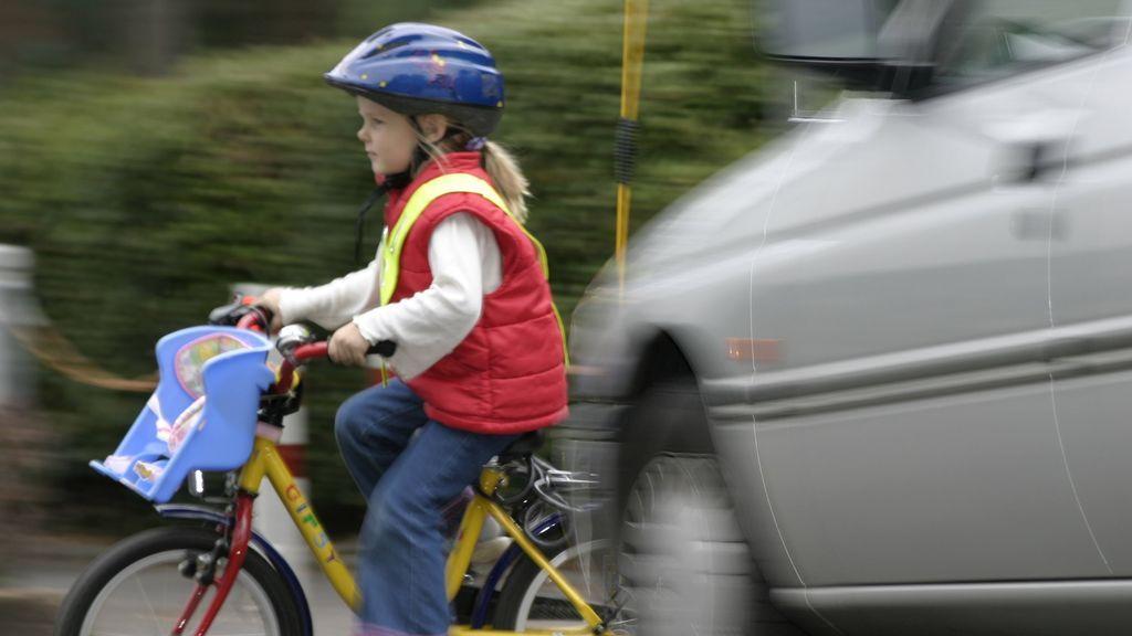 Tu hijo de menos de 14 años se juega la vida si cruza solo la carretera