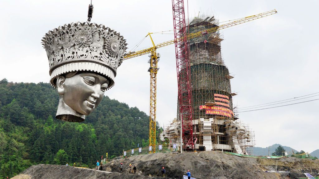 China levanta una estatua gigantesca de la deidad Miao