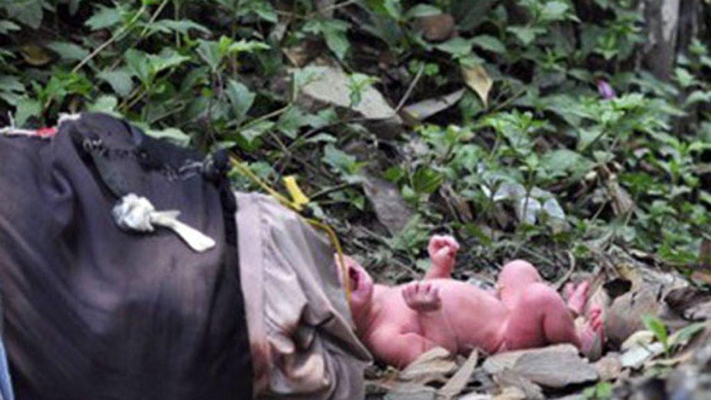 Hallan vivo a un recién nacido que llevaba tres días enterrado por su madre
