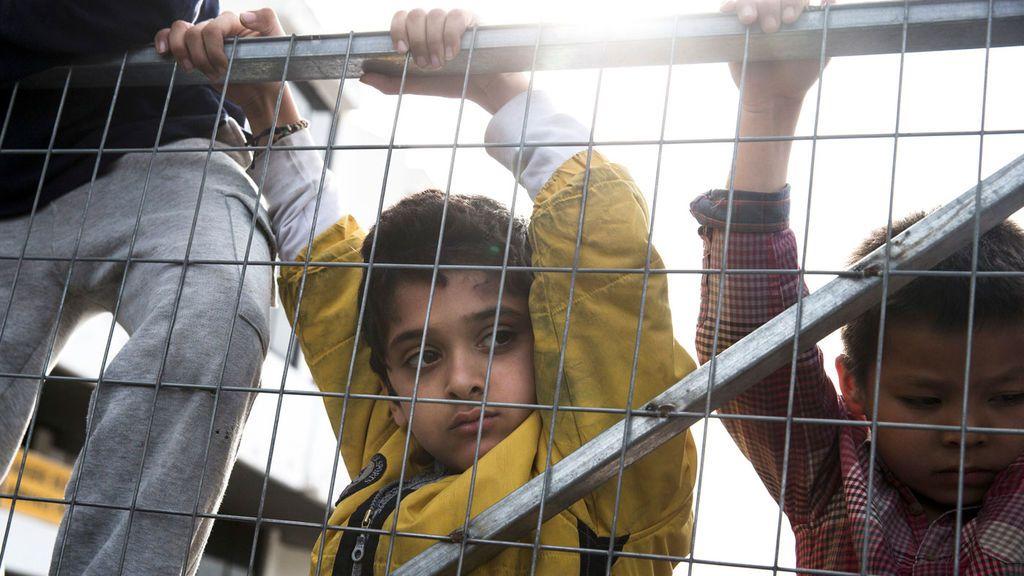 Niños en un campo de refugiados en Atenas