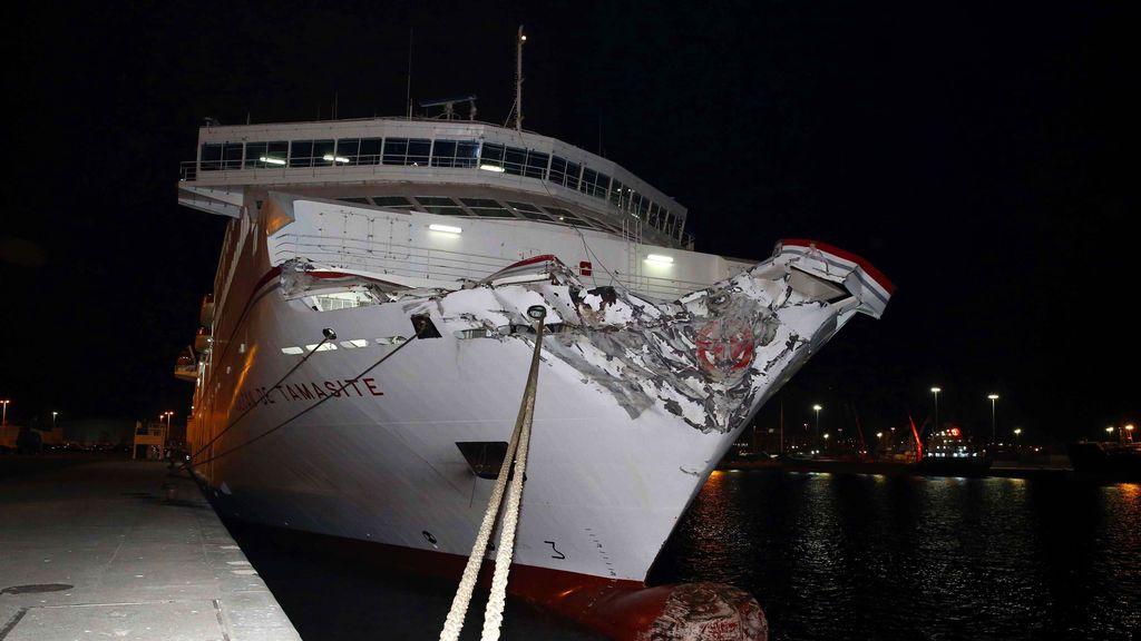 Un ferry de Naviera Armas colisiona contra la escollera del puerto de Las Palmas