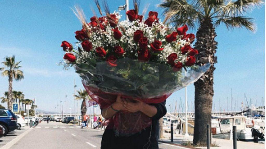 ¿Qué famosa 'influencer' se esconde detrás de este romántico ramo de rosas?