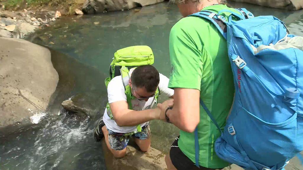 ¡Vaya caída! Jorge Javier Vázquez se resbala en las rocas y casi termina en el agua