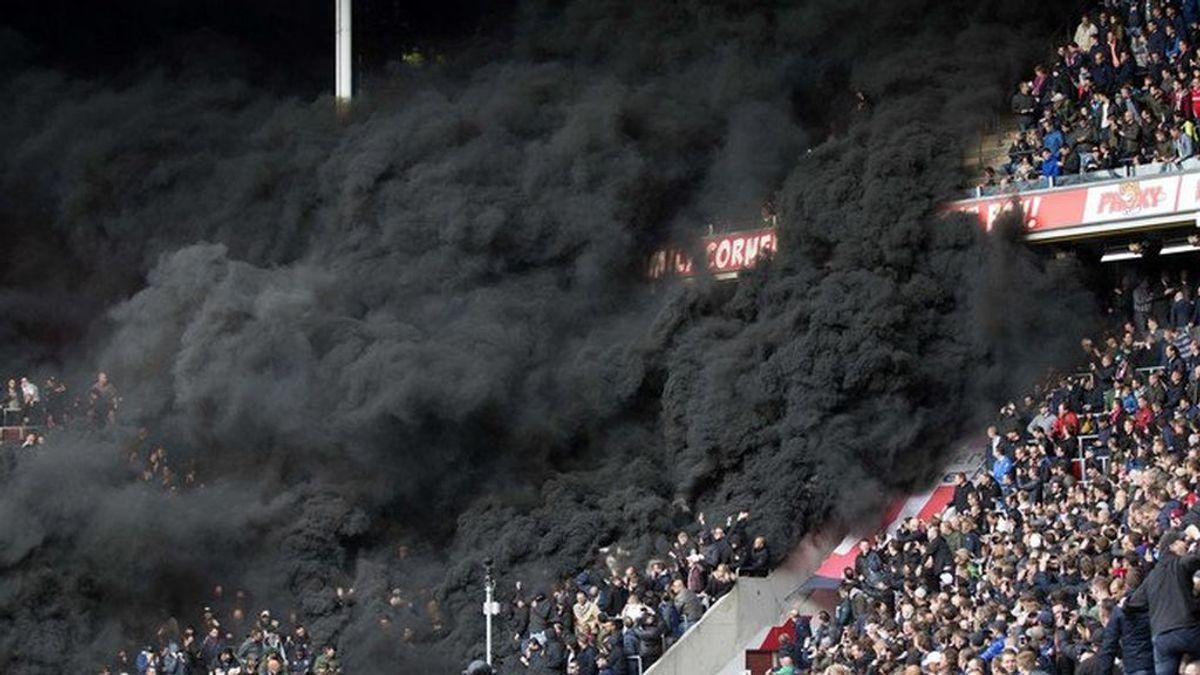 Catorce personas hospitalizadas a causa de las bombas de humo lanzadas por ultras en el PSV-Ajax