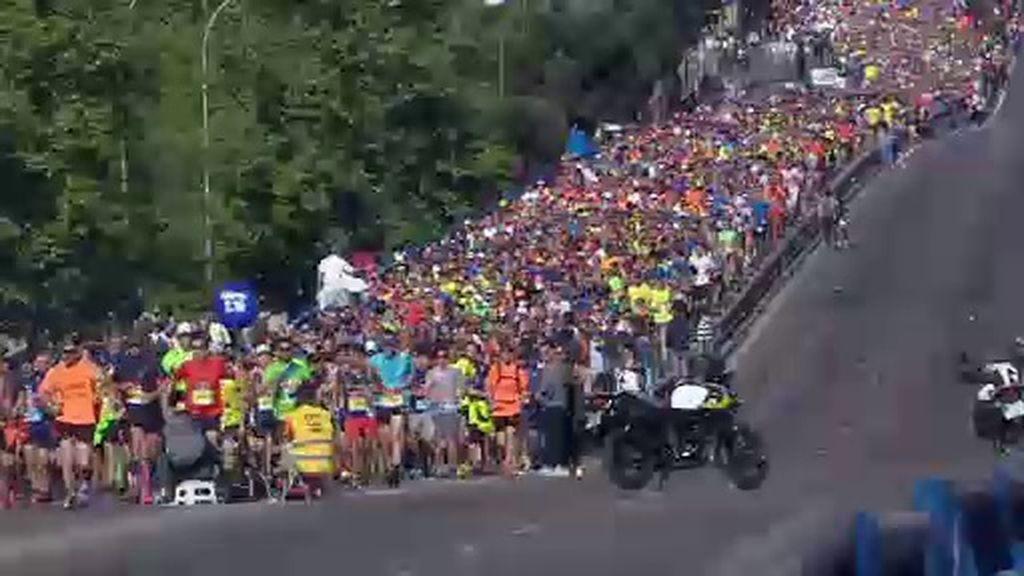 ¿Por qué los corredores de la Maratón de Madrid bajan las escaleras de espaldas?