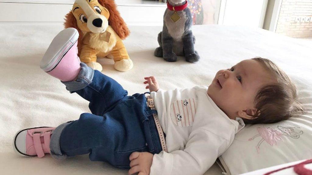 Su sonrisa, sus camisetas personalizadas y todo el amor de sus papás: así es Francesca Simeone
