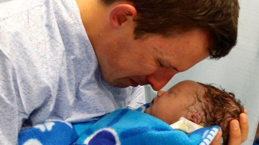 La rompedora imagen de un padre y su hijo recién nacido muerto