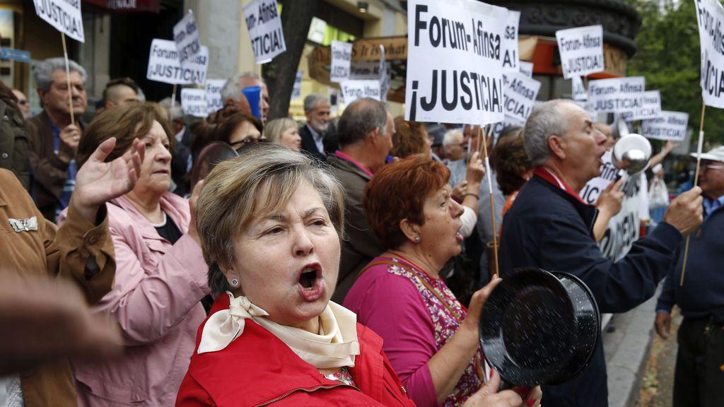 Multitudinaria cacerolada ante la sede del PP en protesta por la corrupción