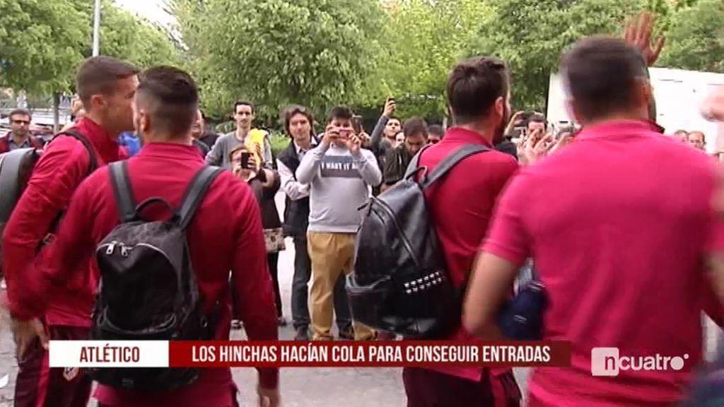 ¡Nunca camina solo! Los jugadores del Atleti saludaron al público que compraba las entradas para la Champions