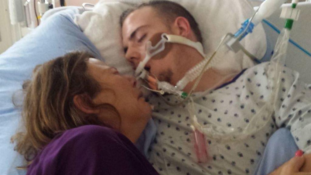El duro momento en el que esta madre se despide de su hijo a causa de las drogas