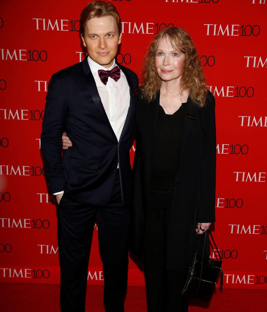 Mia Farrow y su hijo Ronan Farrow