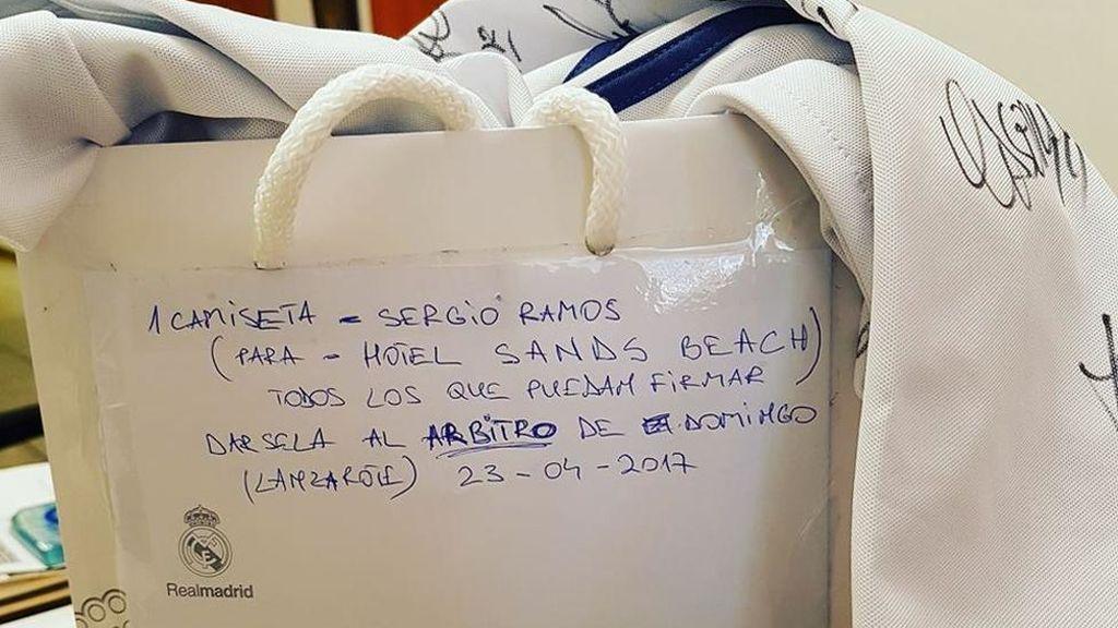 La historia detrás de la camiseta firmada que los jugadores del Real Madrid dieron al árbitro del Clásico