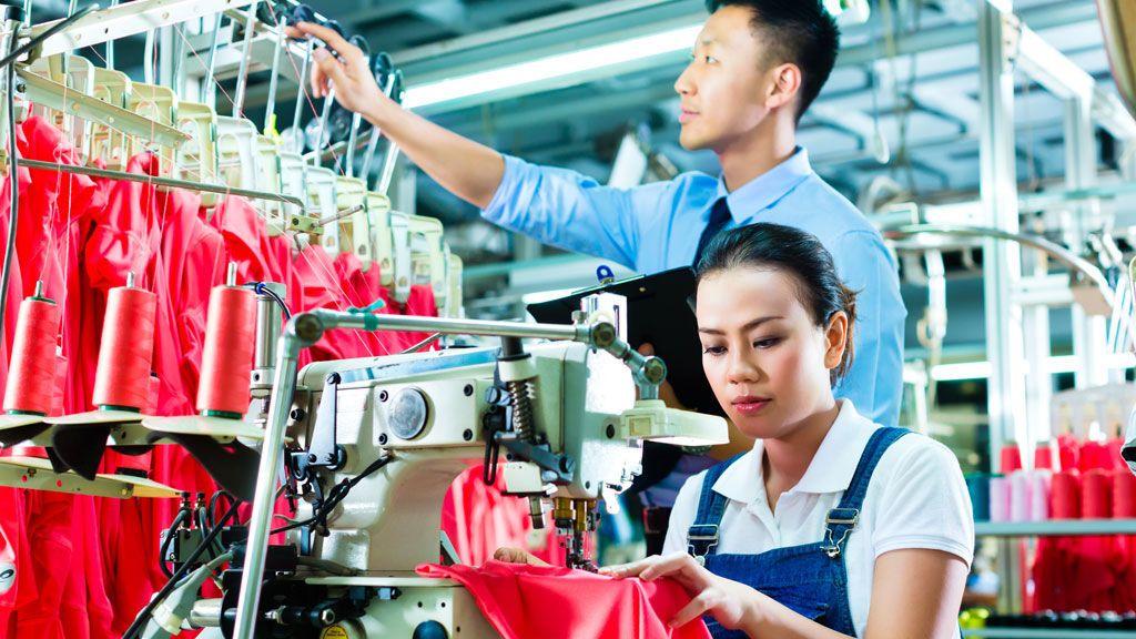 Una trabajadora en China tiene un hijo y la empresa la multa por no pedir permiso