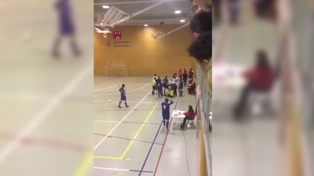 Brutal agresión al árbitro en un partido de fútbol sala con niños burlándose