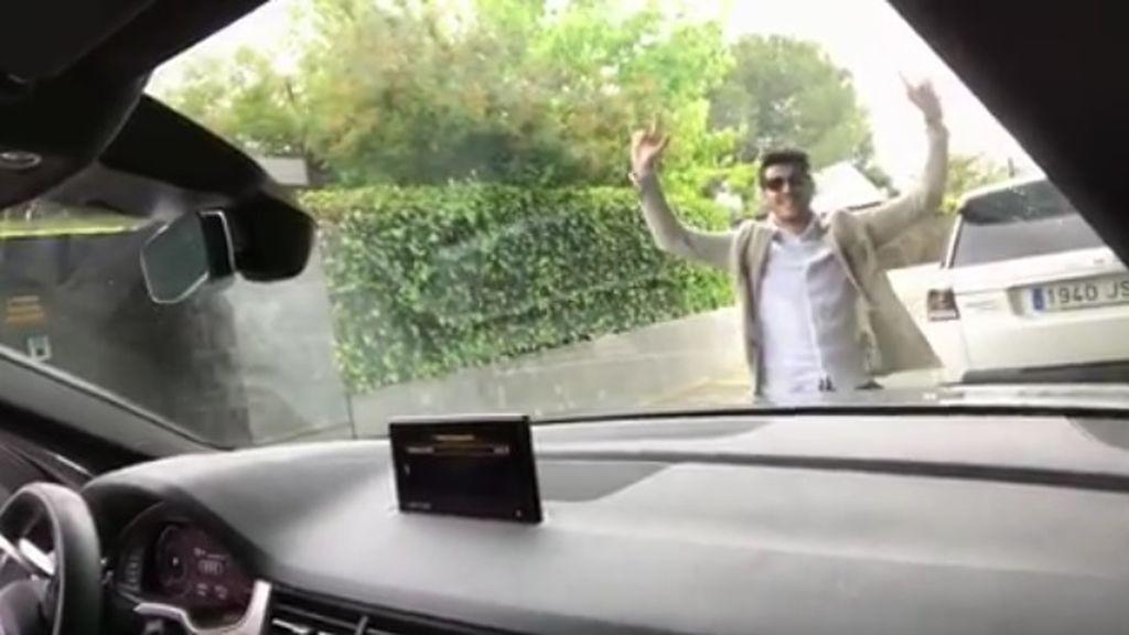 Morata se desmelena y sale del coche para bailar al ritmo de AC/DC