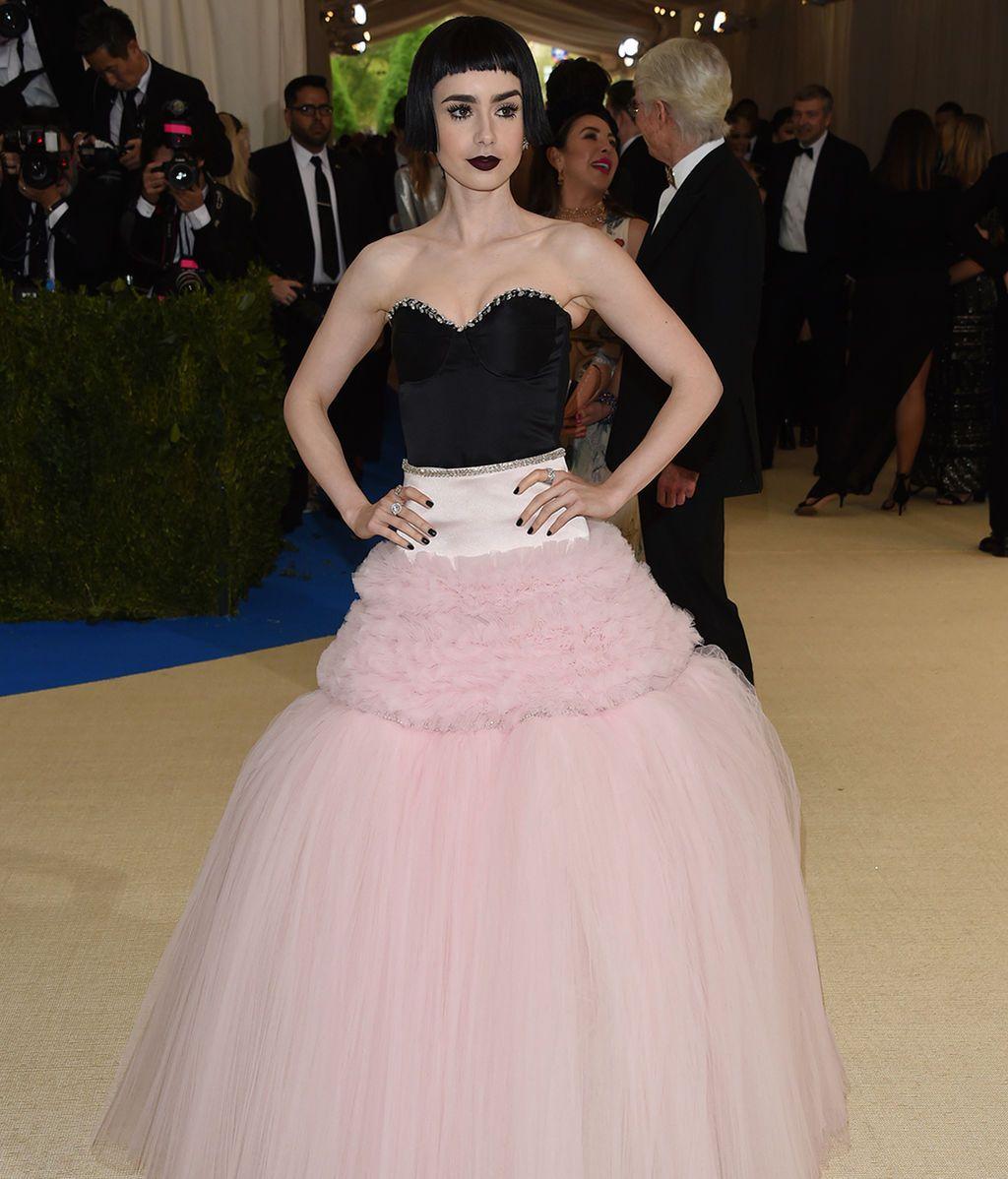 Lily Collins con vestido de Giambattista Valli