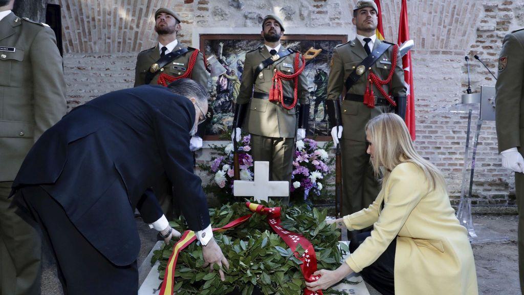 Cifuentes realiza la ofrenda floral a los héroes del 2 de mayo en el Cementerio de la Florida