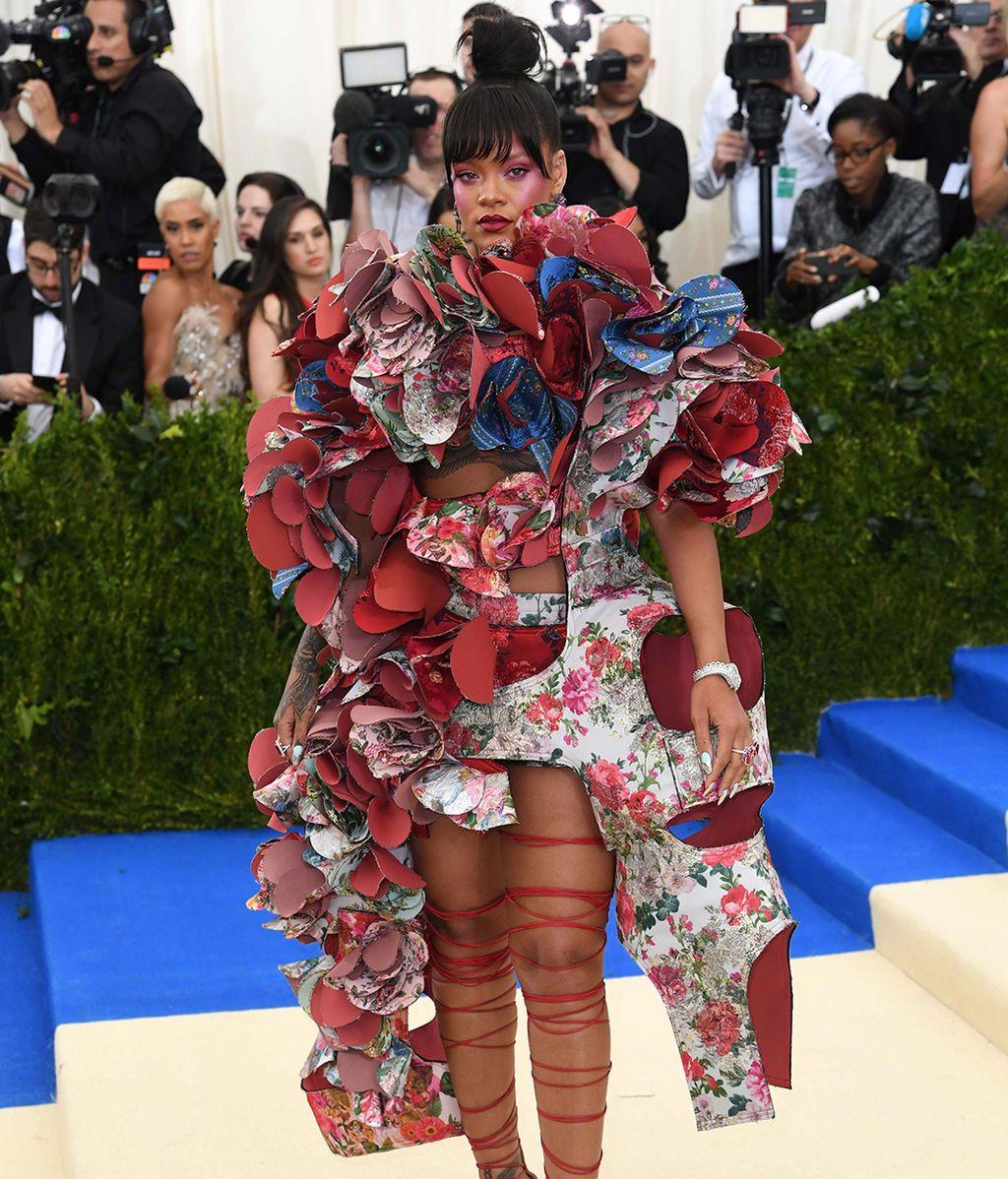 Primer posado de Selena con The Weeknd y más momentazos de la alfombra roja de la Gala Met