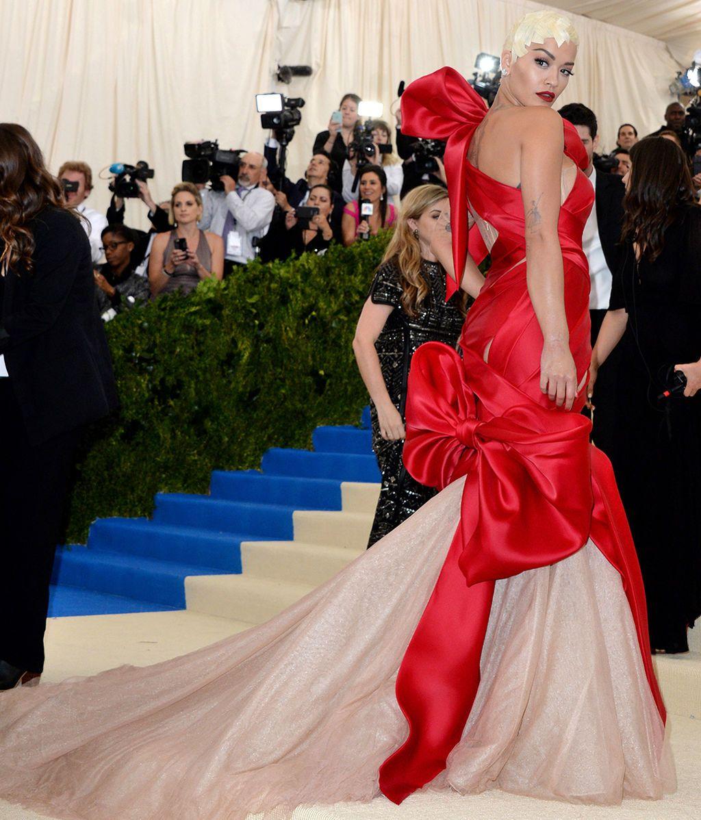 Rita Ora con vestido de Marchesa