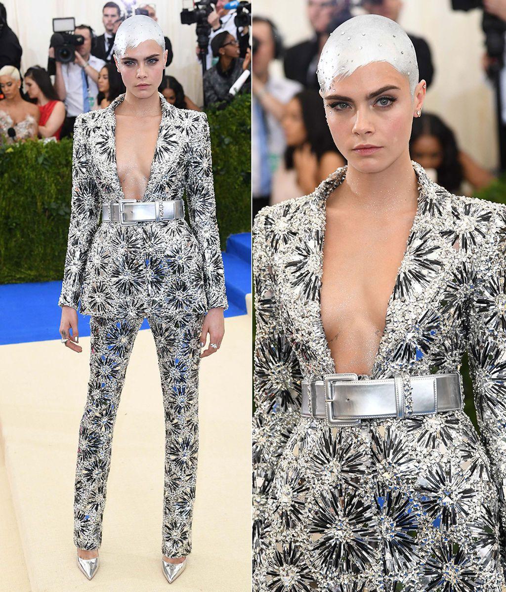 Cara Delevingne con un particular tocado y vestida de Chanel