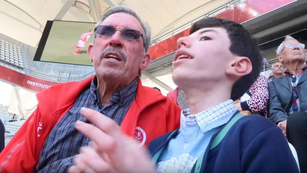 La historia de Charles, el aficionado ciego al que su abuelo narra los partidos en el campo, emociona a Internet