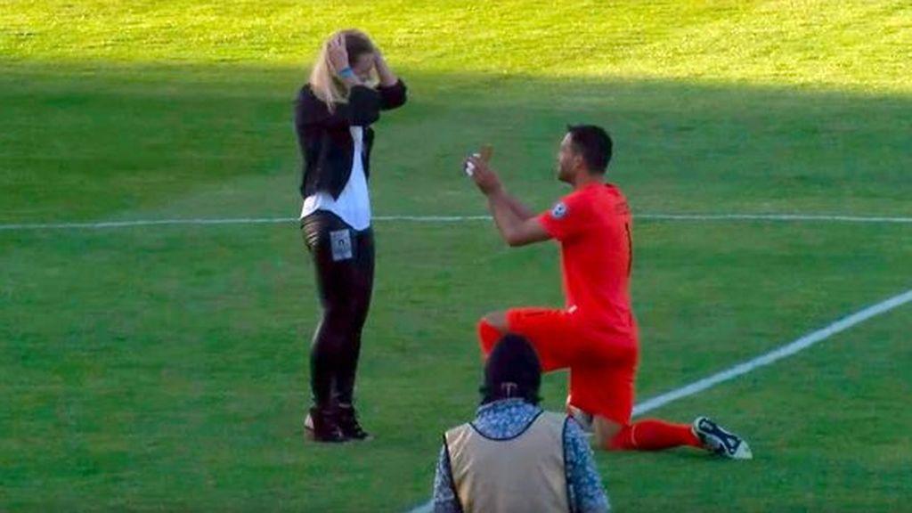 ¡Que viva el amor! Un portero pide matrimonio a su novia delante de toda la afición antes del partido