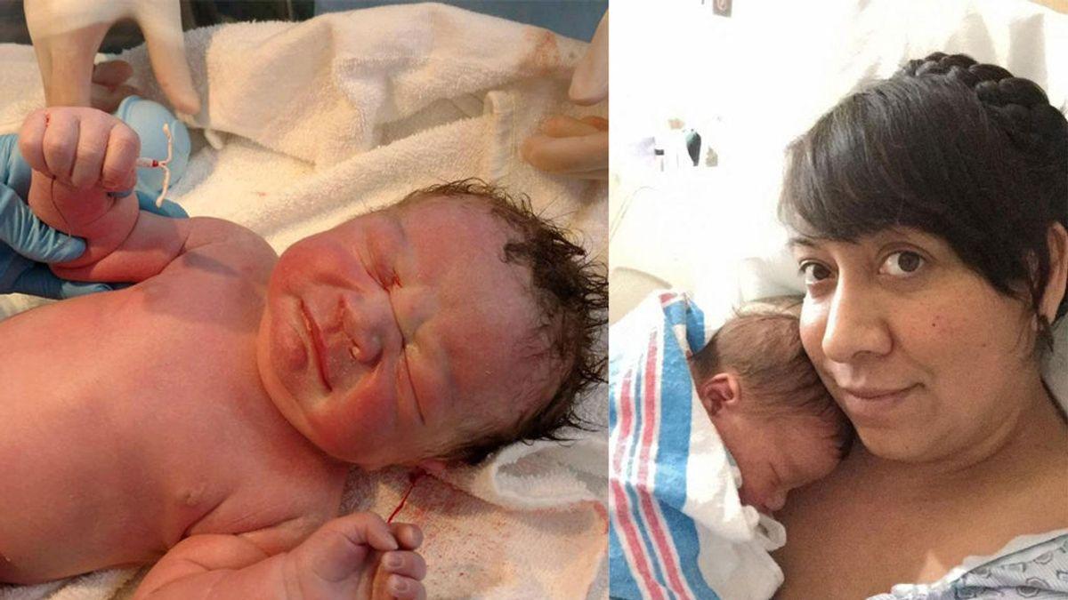 Fotografía a su bebé con el DIU fallido entre sus manos
