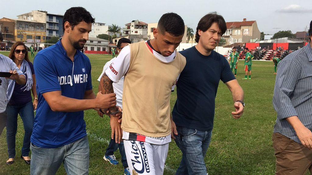 ¡Surrealista! Detienen en pleno partido a un futbolista acusado de secuestro en Brasil