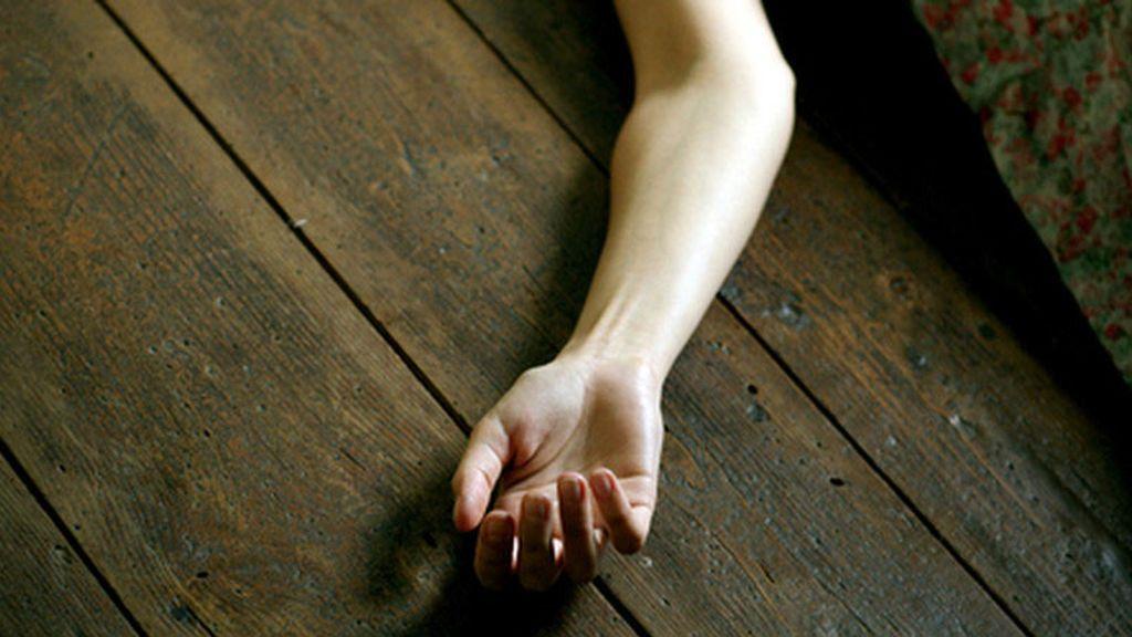 Arroja el cuerpo de su hija de doce años por el balcón tras matarla
